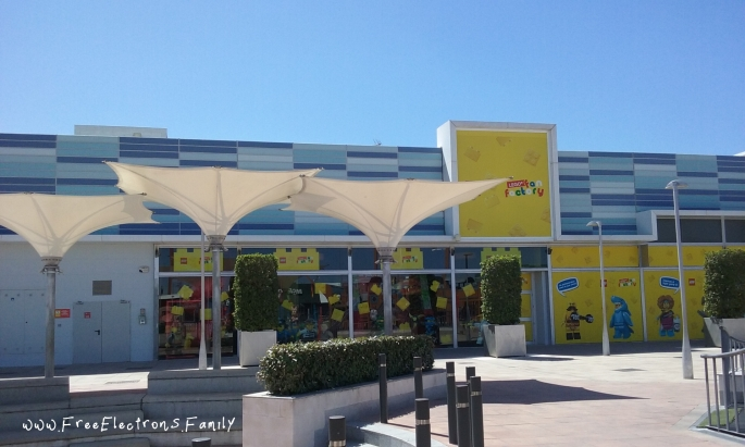 Since its opening in October 2018, the indoor LEGO fan factory has been beneficial in bringing consumer traffic to this shopping area.  The LEGO play area is FREE (no cost) to get in, though you may need to wait several minutes in line for registration.