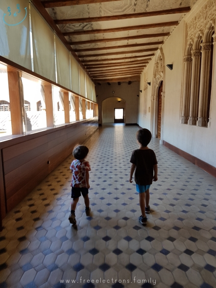 Third stop on our #FreeElectrons.Family summer camping road trip Europe, Day 5 in Zaragoza. Two young kids roaming the well-kept halls of the Aljaferia.