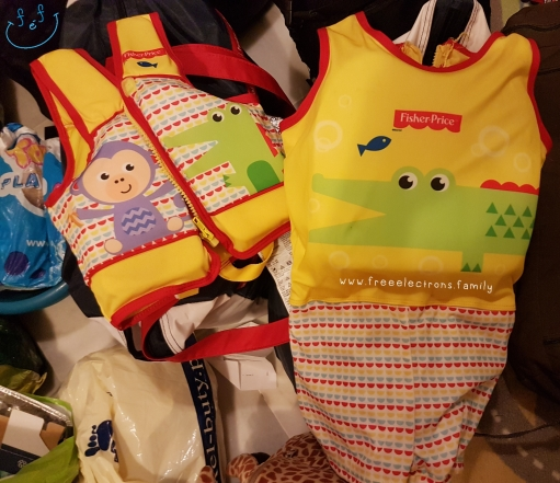 Two lifesaver vests for children.  Text reads: www.freeelectrons.family.  #FreeElectrons.Family - camping Europe, what to bring